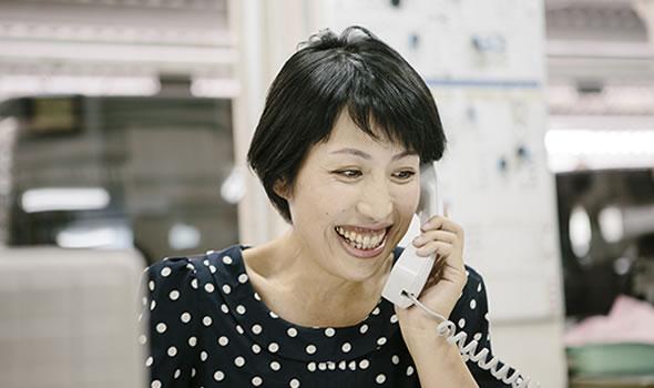 写真:電話中の女性